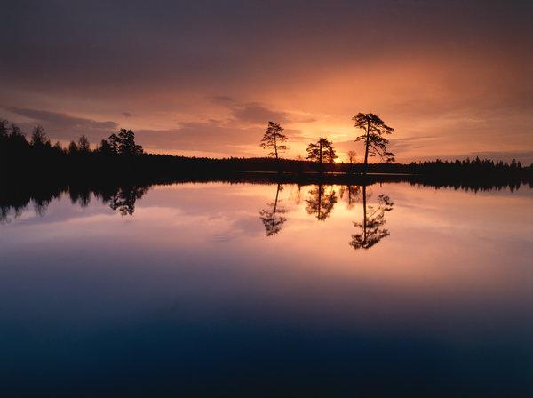 Soluppgång vid sjö.