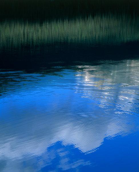 Spegelbild i sjö.