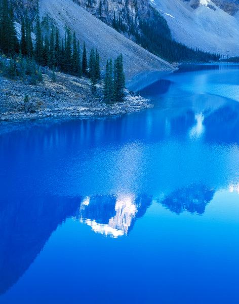 Bergslandskap i vattenspegel.
