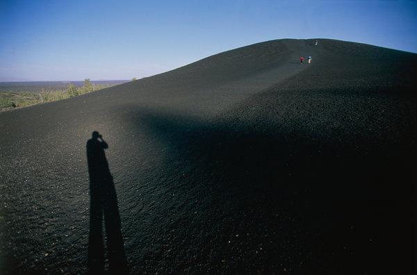 Människor mot toppen och skuggan av en fotograf.