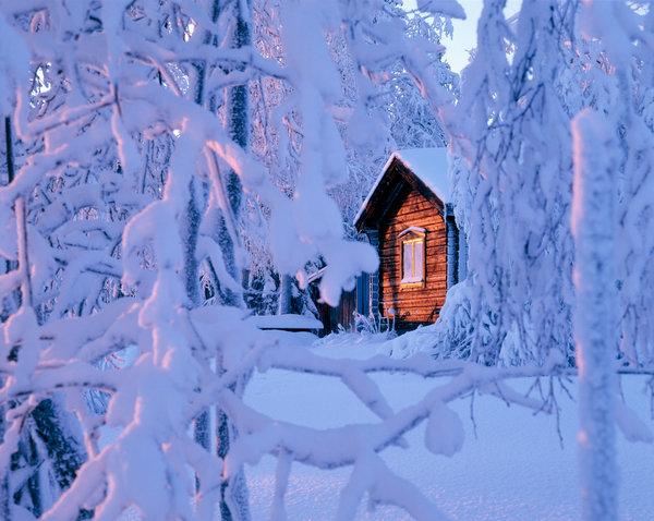 Hus i vinterlandskap.