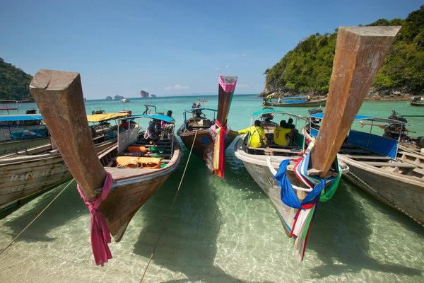 Människor i båtar,(longtailed boats).