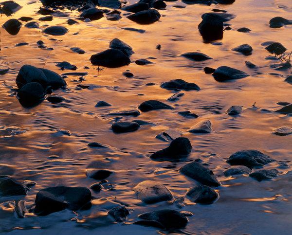 Vattenspegling från solnedgång.