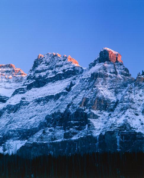 Snöklädda berg i kvällsljus.
