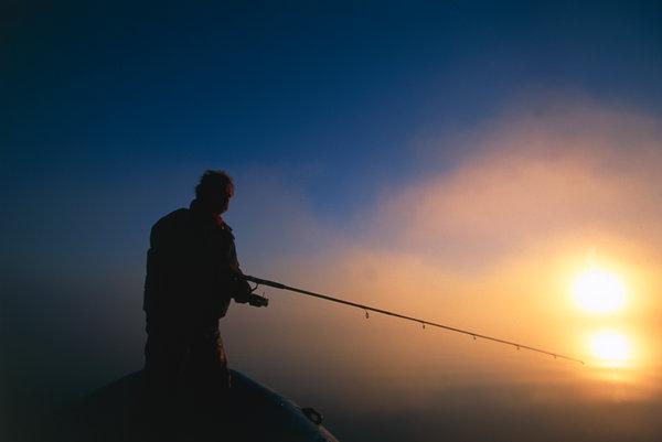 Fiske i soluppgången vid sjön Väringen.