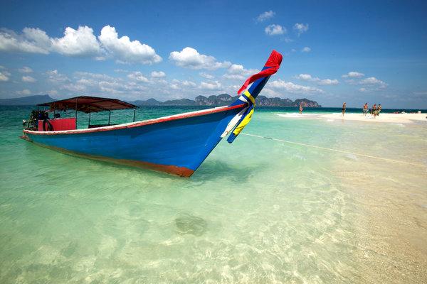 Båt på sandstrand,(Longtailed boat).