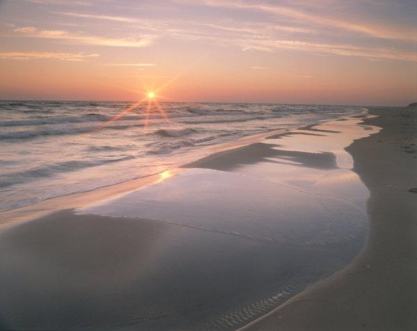 Kustlandskap i solnedgång.