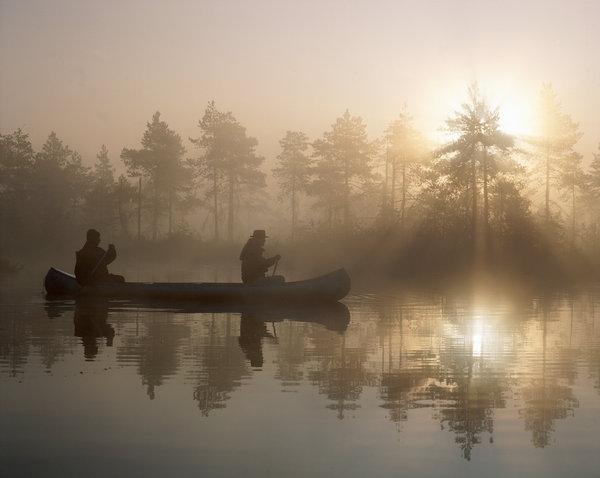 Kanot i gryningen.