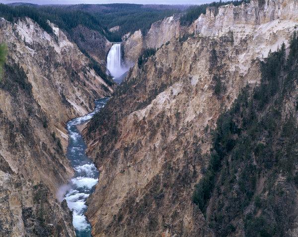 Landskapet vid vattenfallet Lower fall.
