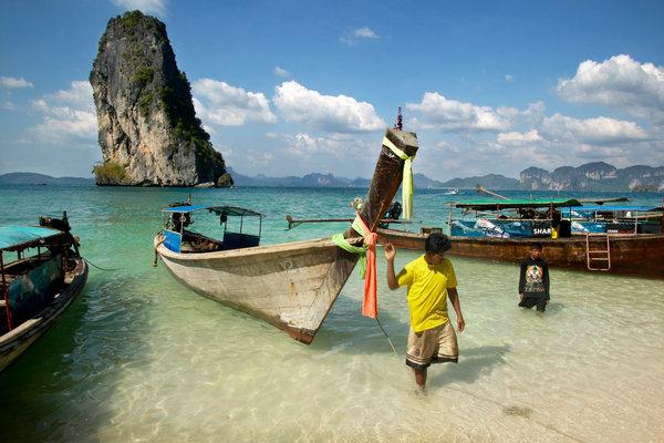 Människor och båtar,(Longtailed boats).