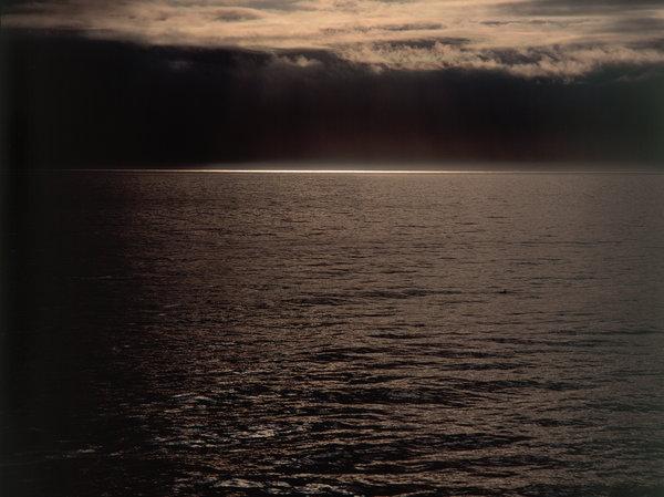 Solstrimma på havet.