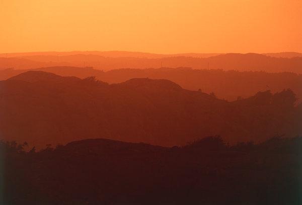 Bergslandskap i kvällsljus.