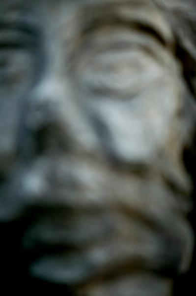 Träskulptur av ansikte.