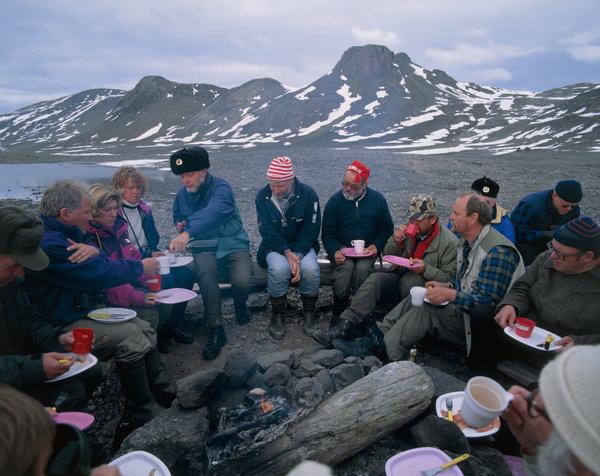 Festmåltid vid lägerplatsen.