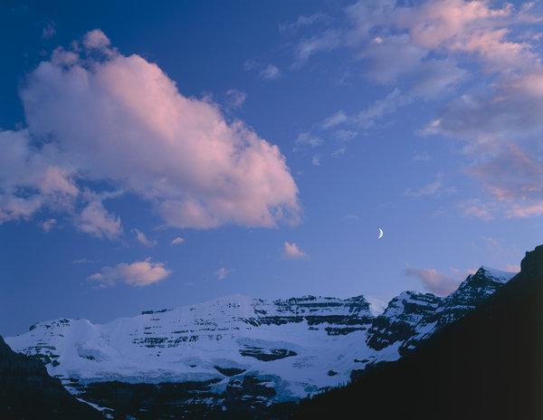 Moln över bergslandskap.