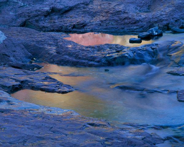 Vattenspegling i bäck.