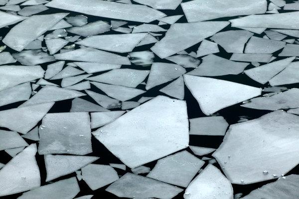 Isflak i Ångermanälven.