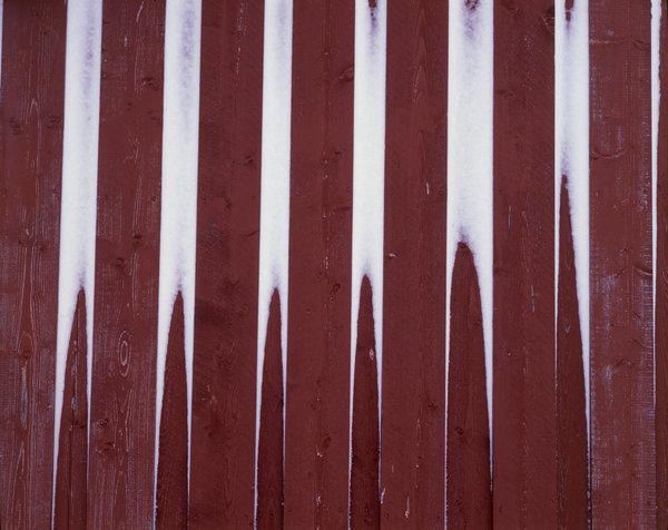 Snöformationer på husvägg.