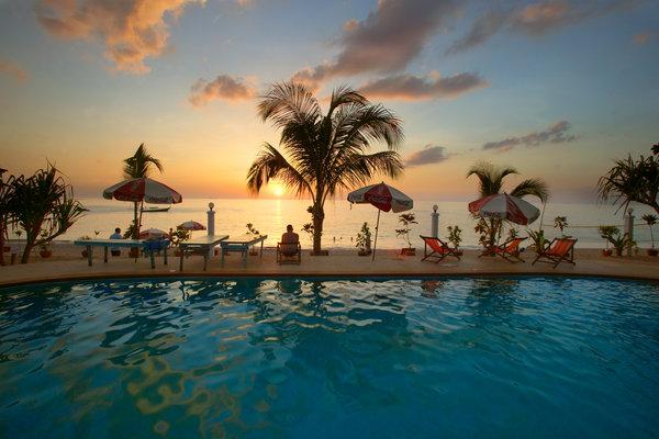 Badpool i solnedgång.
