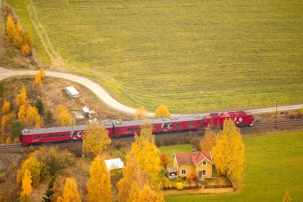 Tåg i jordbrukslandskap.