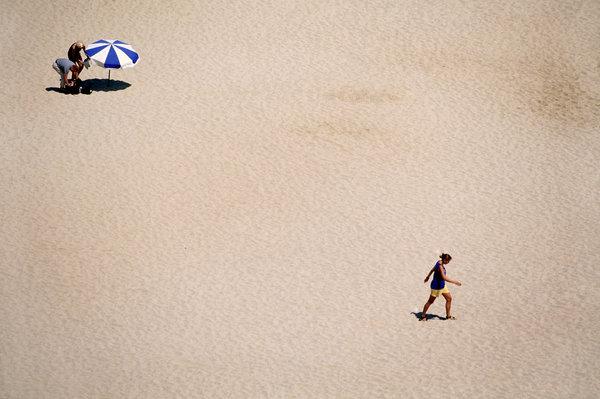 Människor på sandstranden.