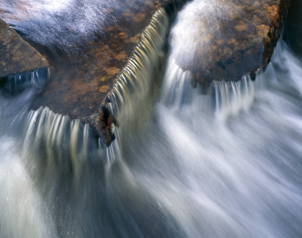 Vattenformationer i bäck.