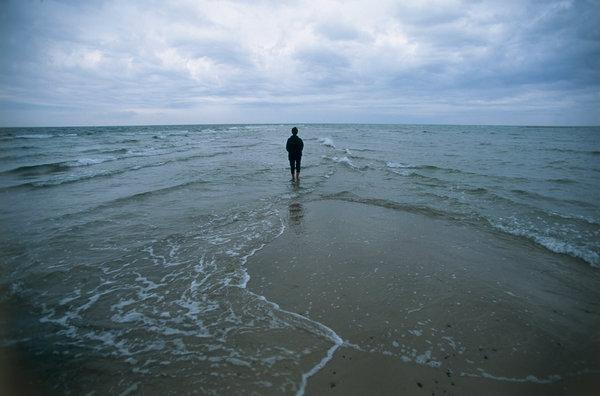 Människa vid havet.