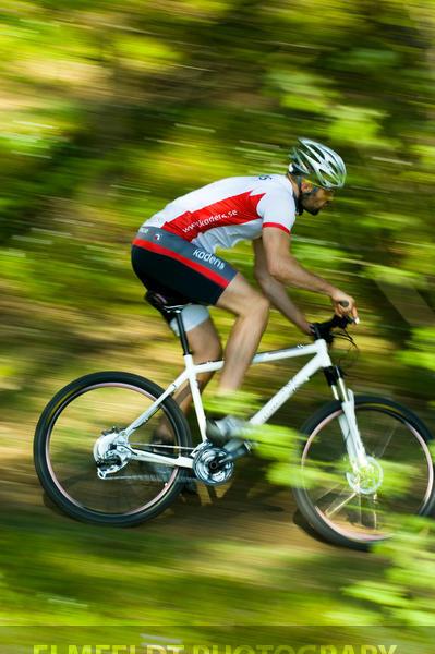 Mountainbikecyklist i vårskog